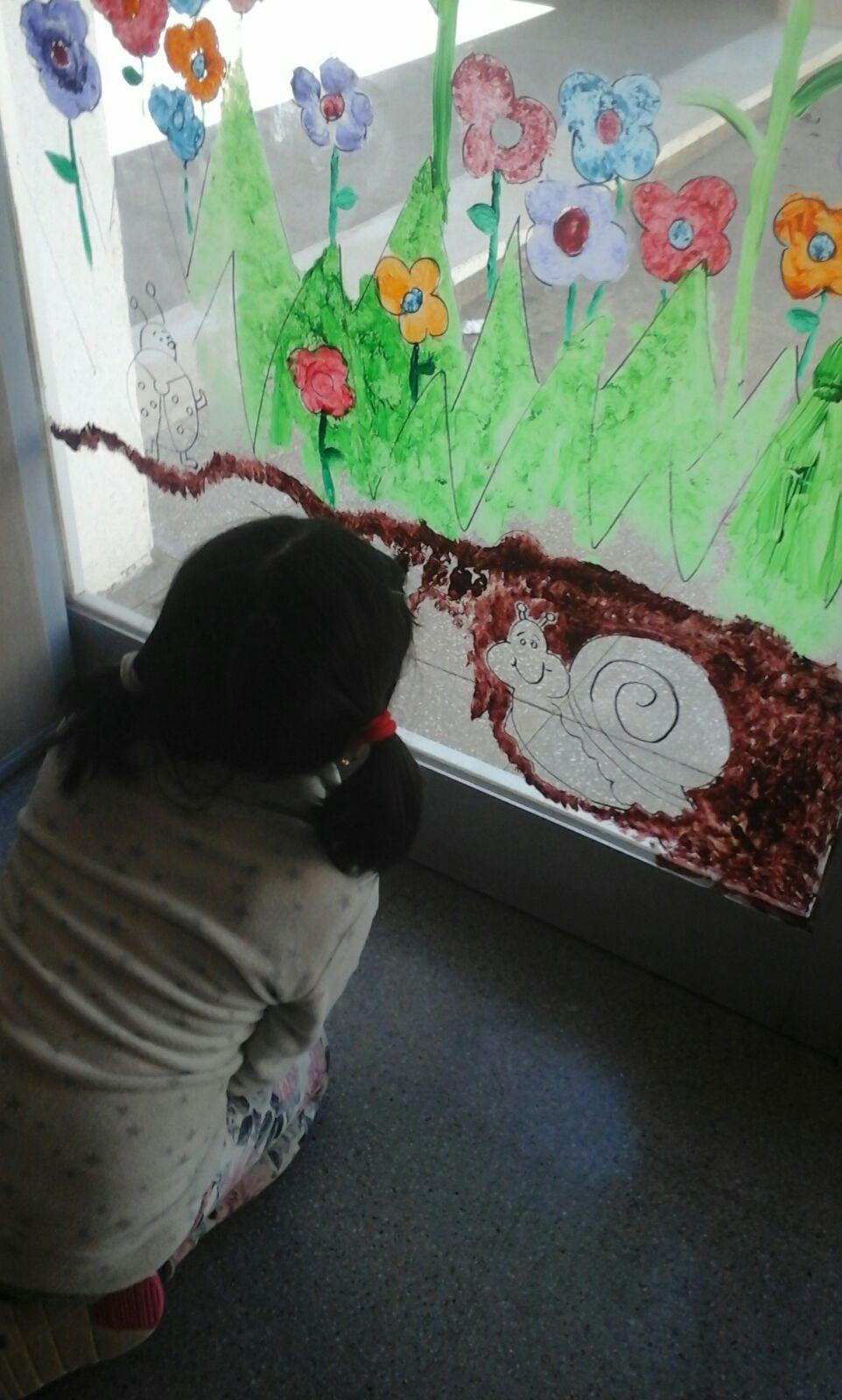 Els nens i nenes de P-3 i P-4 esperen la primavera amb il·lusió i un somriure a la cara perquè pintar els vidres els agrada.